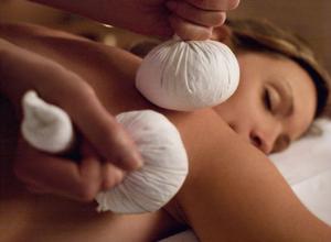Massage énergétiques à St Paul - Massage ballotins de plantes chaudes